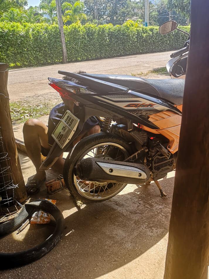 Skootterin takarenkaan sisuskumin vaihto Koh Lantan vanhankaupungin huoltoasemalla