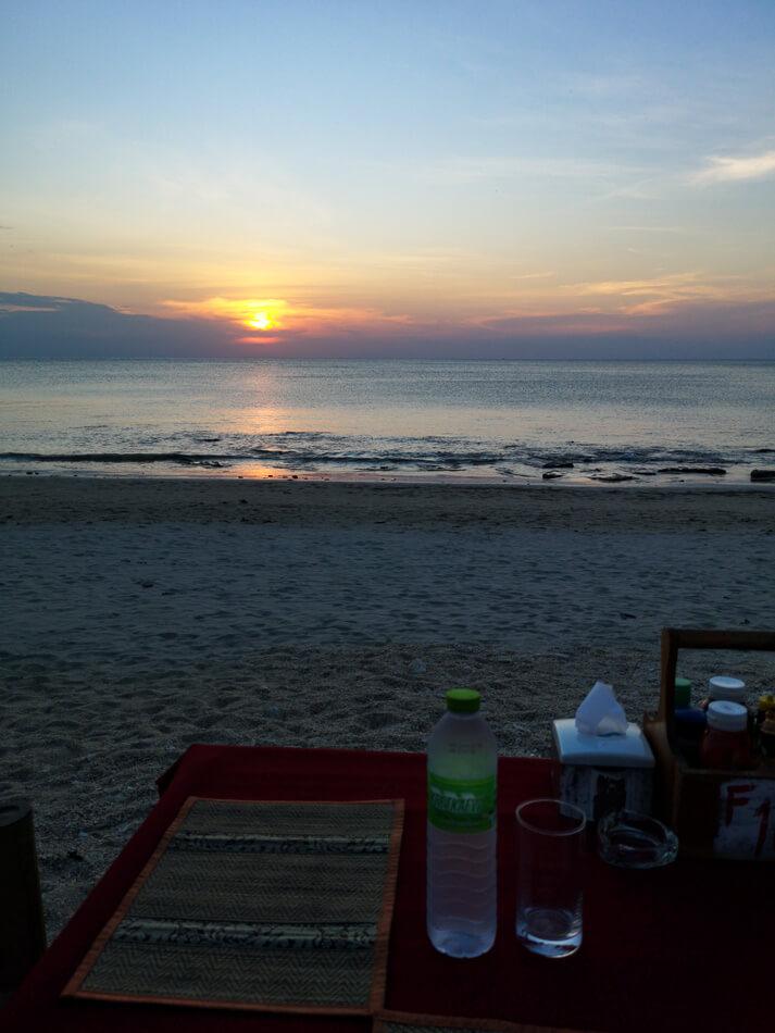 Auringonlasku Klong Khong -uimarannalla