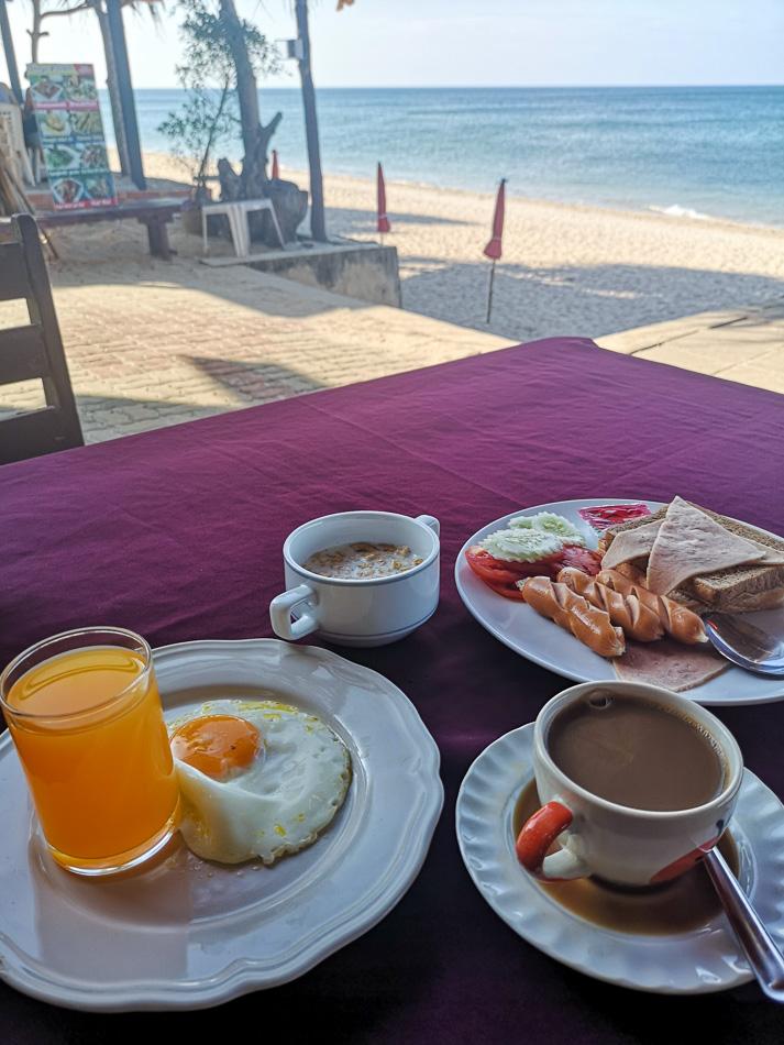 Aamiainen Klong Nin -rannalla