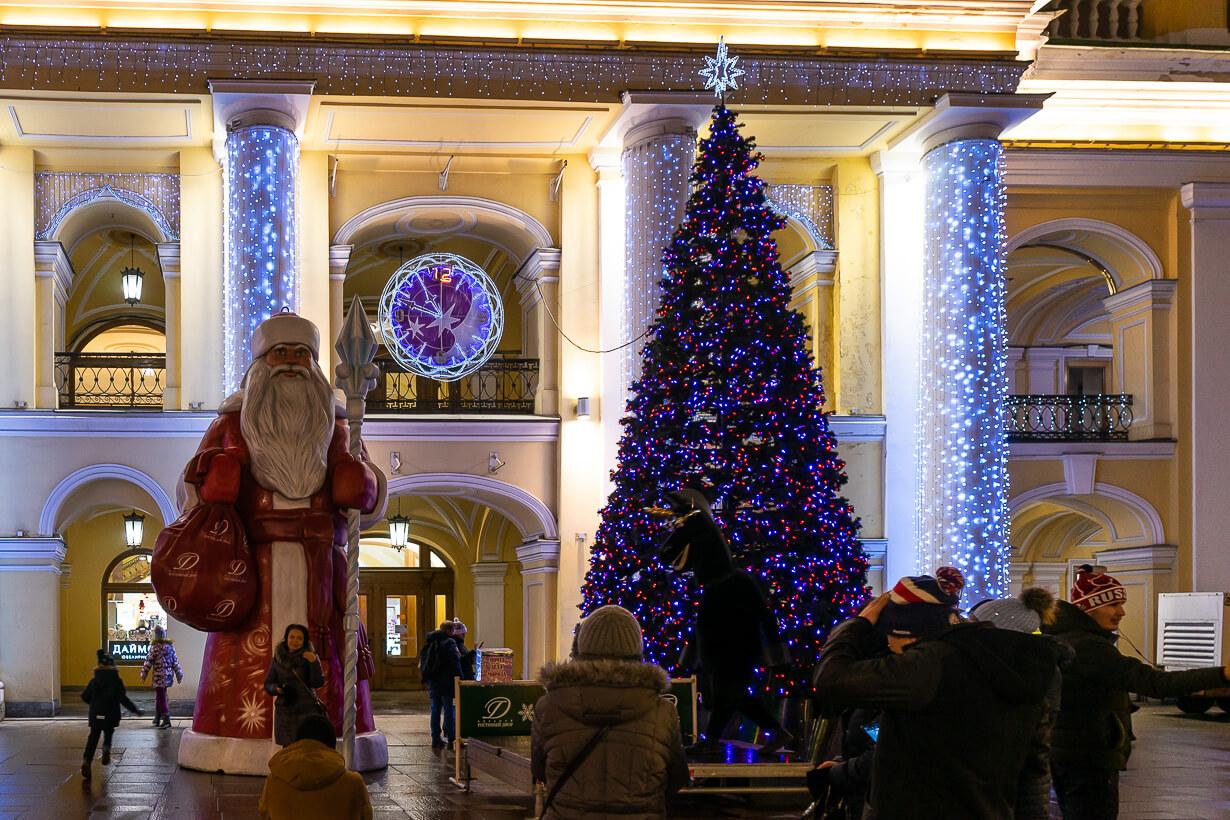 Gostini Dvor -kauppakeskuksen joulukuusi ja pakkasukko.
