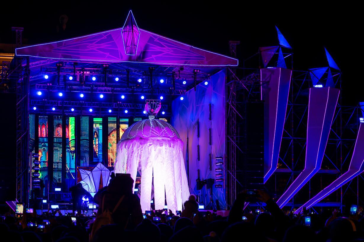 Näyttämö Palatsiaukiolla Pietarissa uudenvuodenyönä
