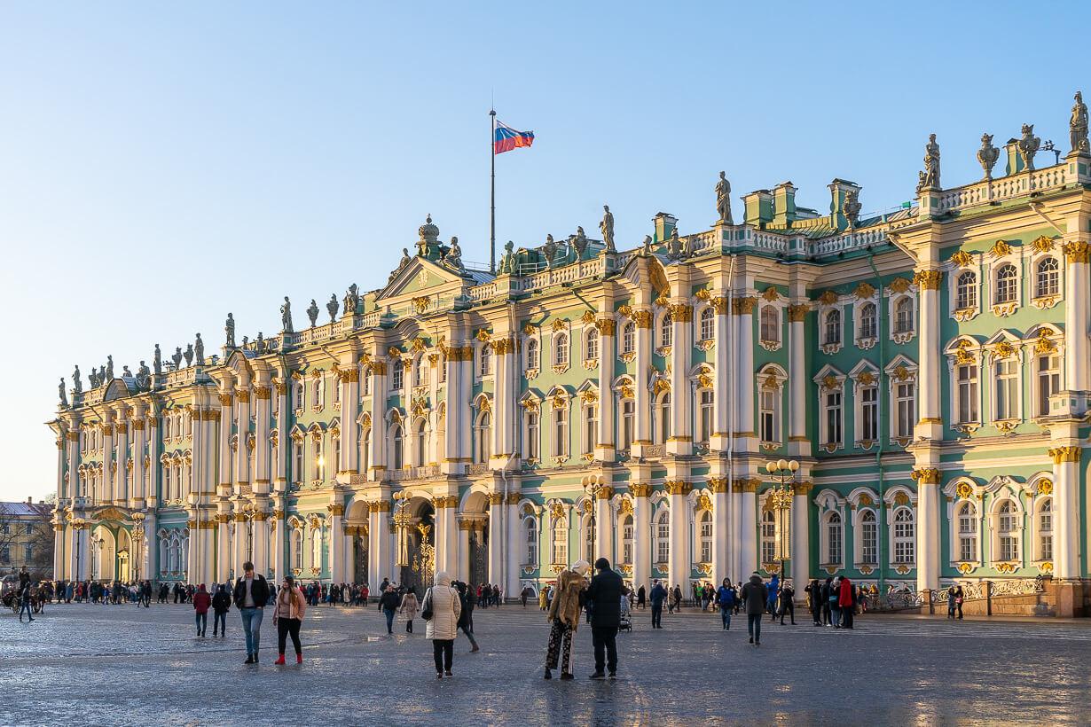 Pietarin talvipalatsi iltapäivän auringossa