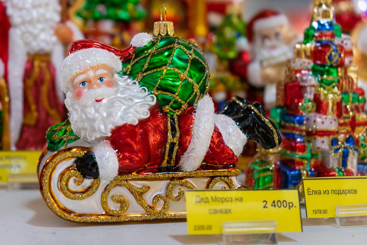 Joulupukkikoriste Passage-tavaratalossa Pietarissa