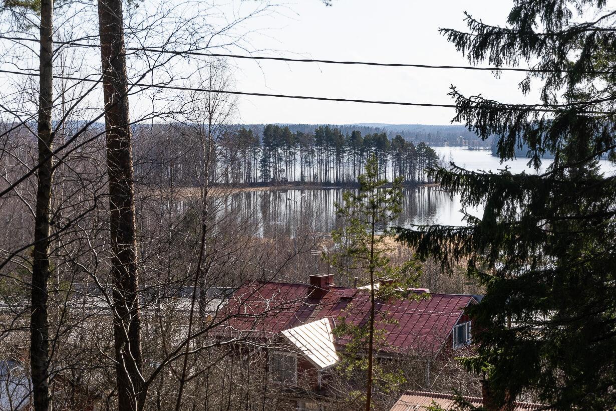 Keväinen näkymä Nokian Maatialanharjulta Pyhäjärvelle.
