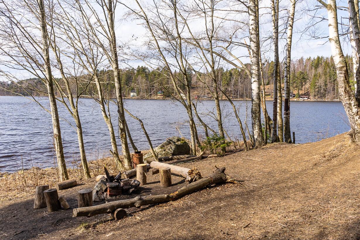 Maatialanharjun luontopolun nuotiopaikka Nokialla Vihnusjärven etelärannalla