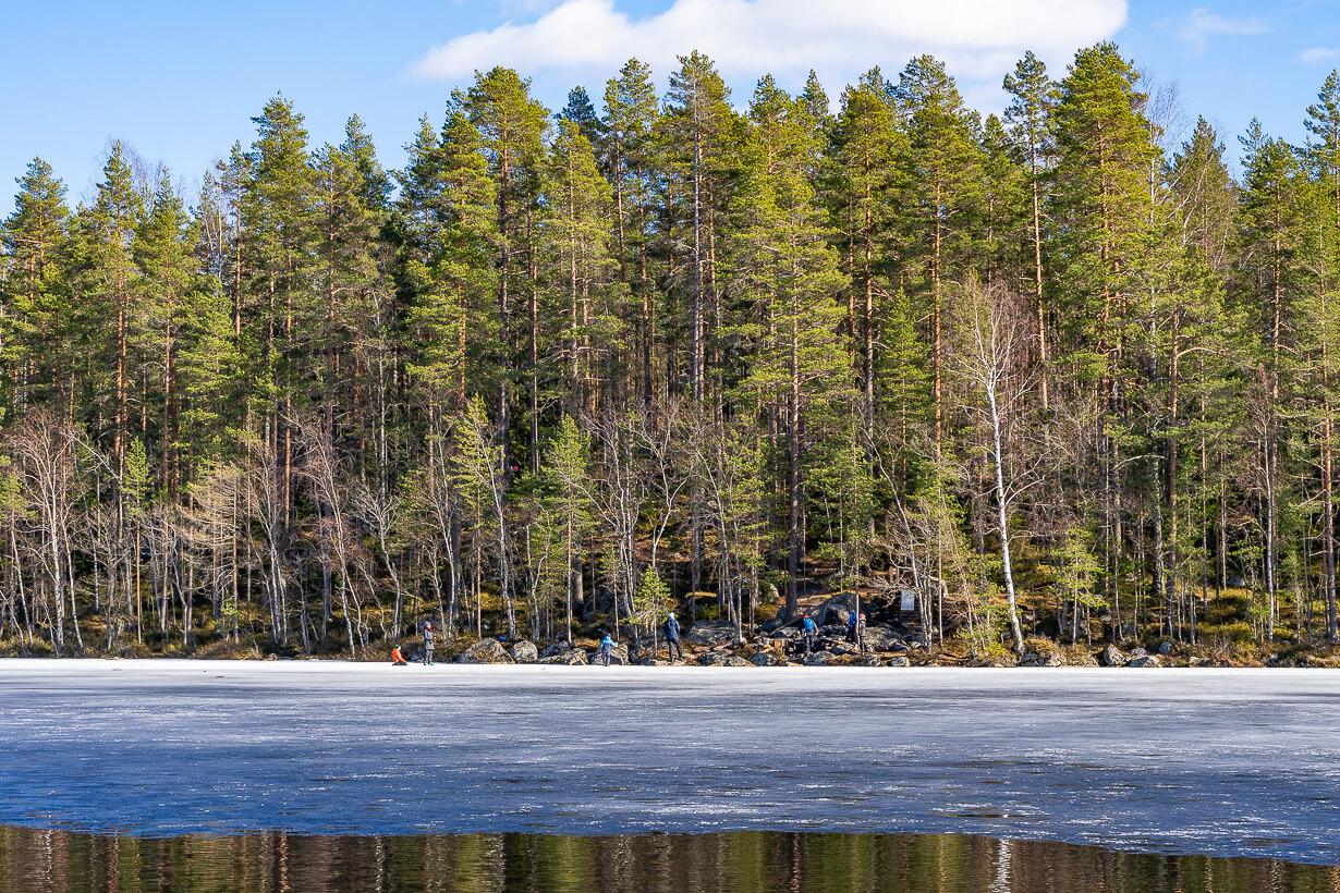 Kivikeskun luontopolun nuotiopaikka 1 vastarannalta katsottuna