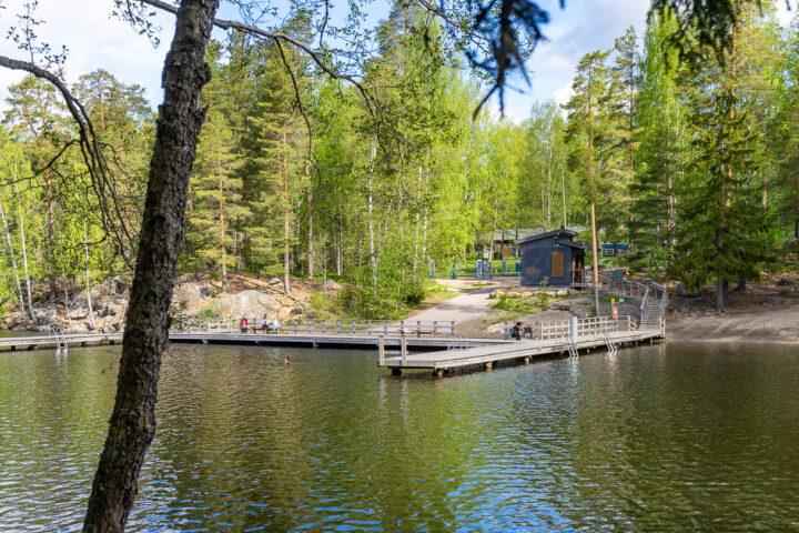 Hervannan Suolijärven uimarannan uimalaituri, pukukoppi ja huoltorakennus