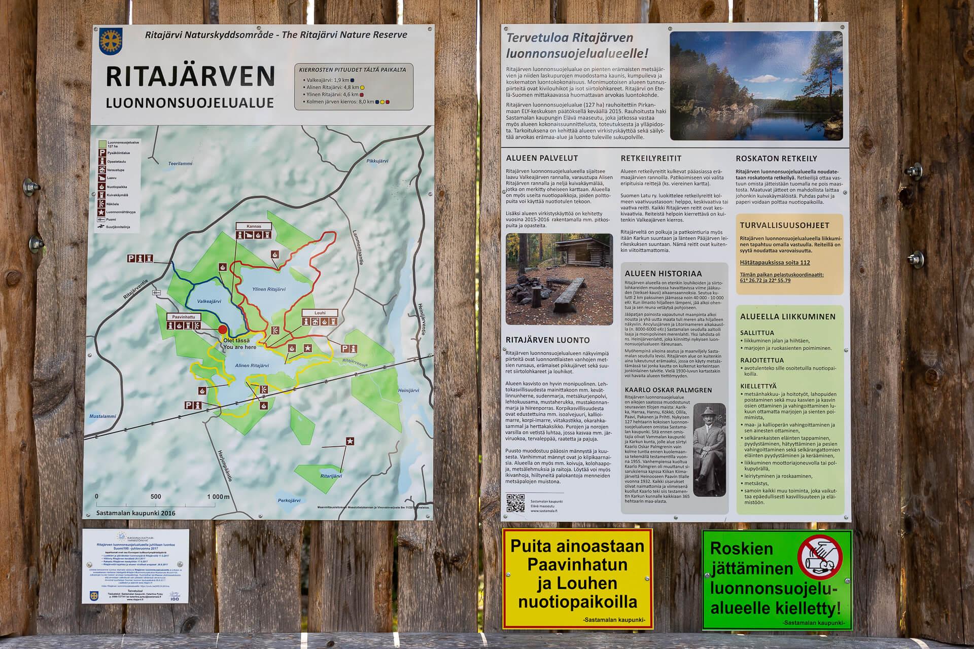 Ritajärven luonnonsuojelualueen infotaulu Paavinhatun taukopaikalla.