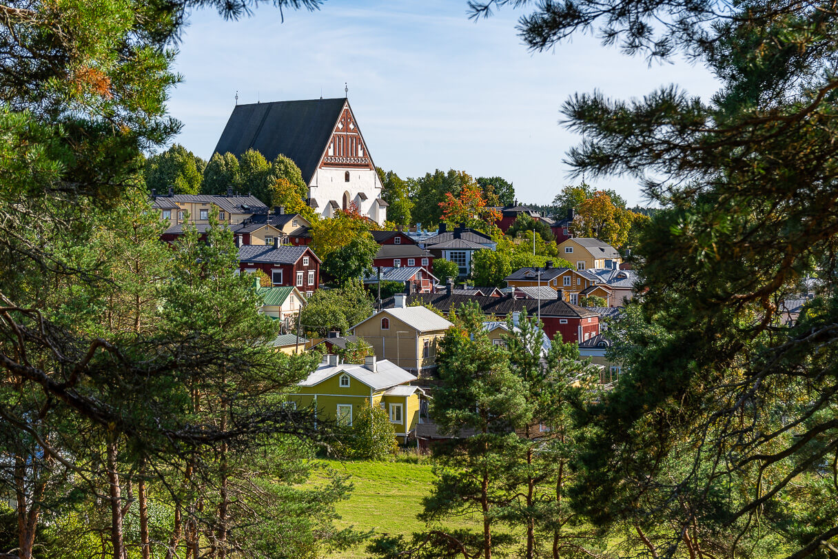 Näkymä kohti Porvoon tuomiokirkkoa Isolta Linnamäeltä.