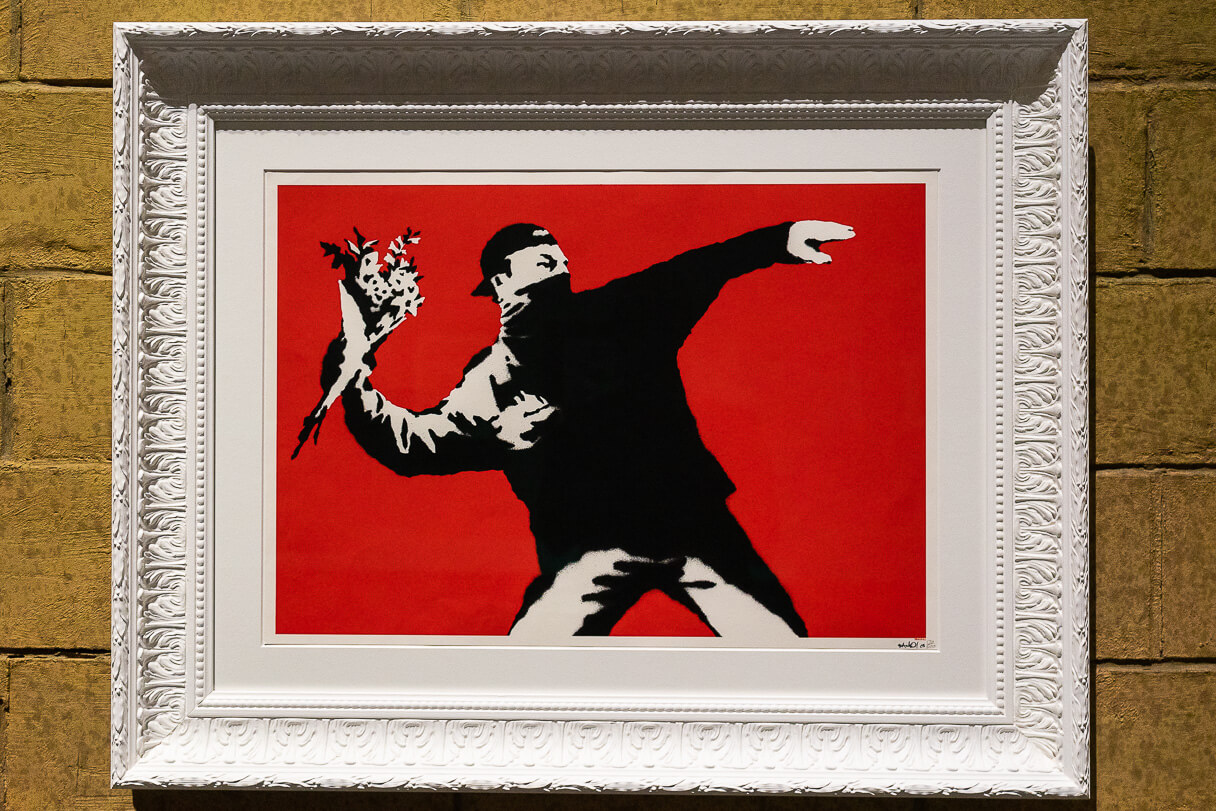 Love is in the air (Banksy).