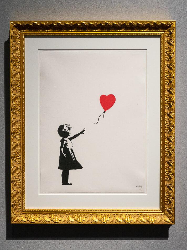 Girl with Balloon eli Tyttö ja ilmapallo vuodelta  2004 on yksi Banksyn tunnetuimpia töitä.