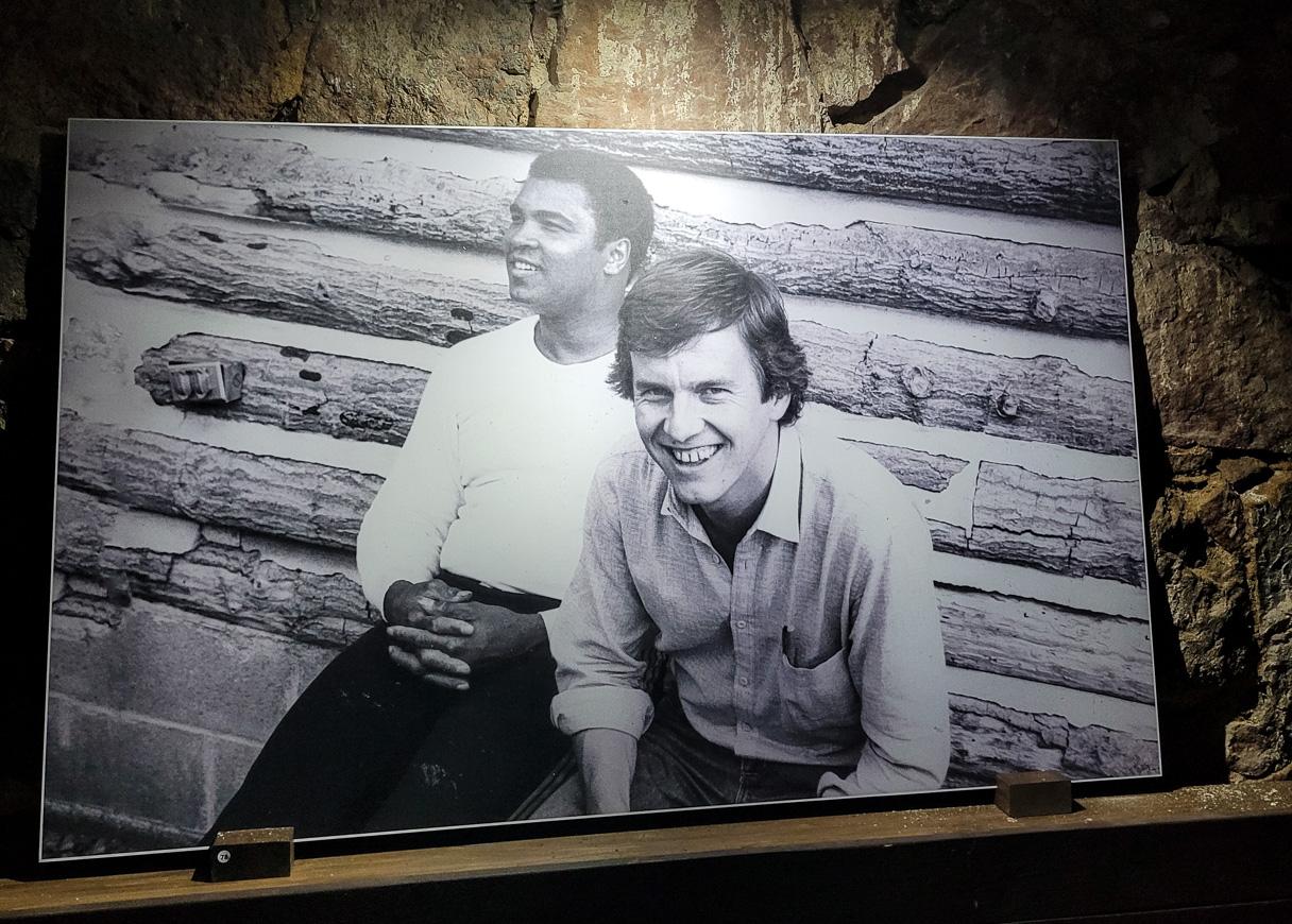 Muhammad Ali ja Rauli Virtanen. Rauli Virtasen valokuvanäyttely Hamina Bastionissa.